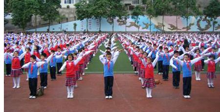 小学�y.bz(�ZJ~XZ_中加友谊小学学生在做体操